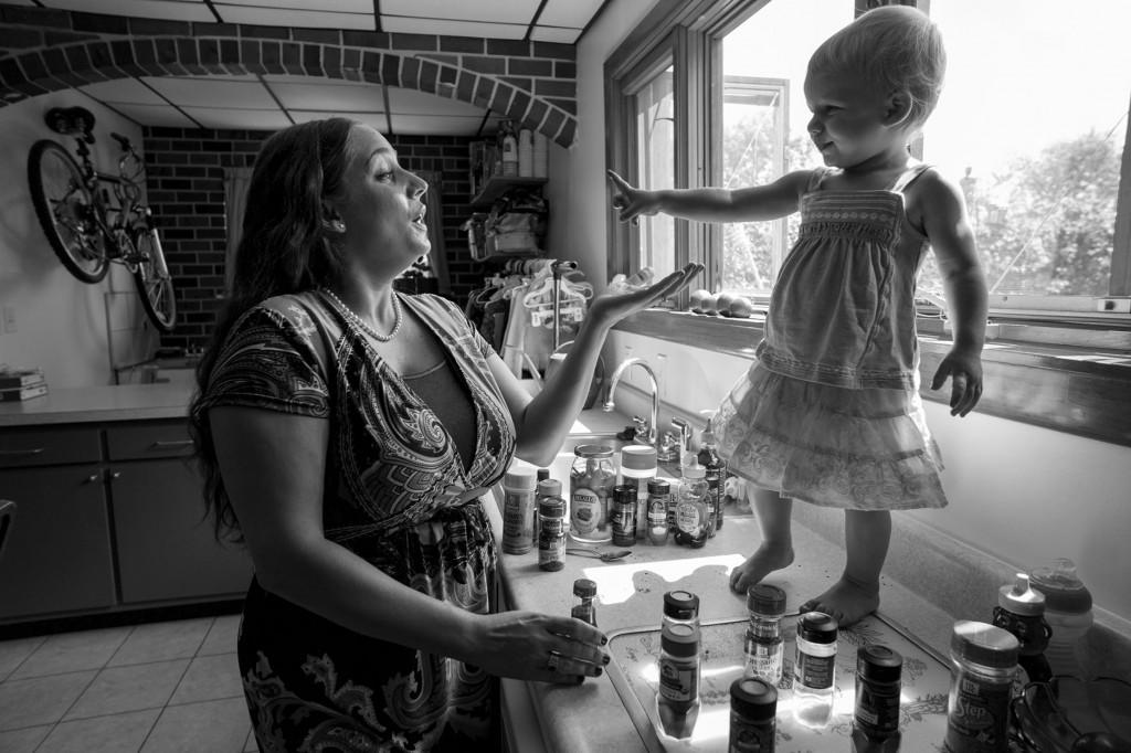 Julien Inzodda da una clase sobre especias en su cocina de Pittsburgh para estimular a su hija de 20 meses, Allie. Es una ocasión lúdica para que la niña aprenda sobre colores, texturas y sabores. El condimento favorito de Allie es la salsa picante, que describe con un «pica, pica, pica». Foto: Lynn Johnson