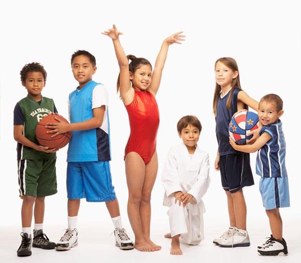 grupo de niños de diferentes deportes